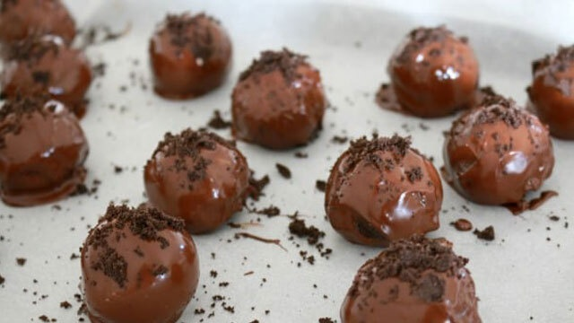 Rugged balls of chocolate oreo truffles with cookie crumble
